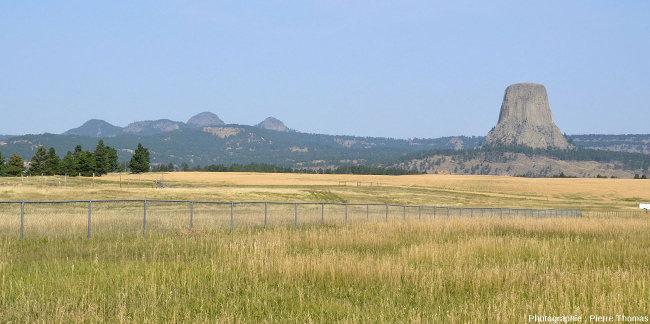 Vue d'ensemble (depuis la route d'accès) sur la Tour du Diable (à droite) et sur les Missouri Buttes, autres corps magmatiques phonolitiques contemporains, Wyoming (USA)