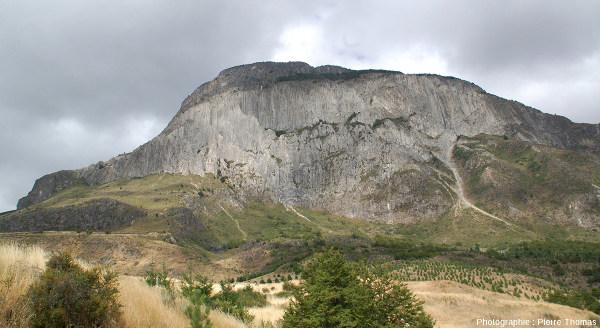 """Vue d'ensemble sur une """"montagne"""" d'adakites magnifiquement prismées au-dessus de la ville de Coyhaique en Patagonie chilienne, au pied oriental de la Cordillères des Andes"""