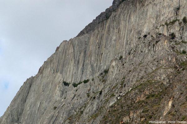 Zoom sur la partie Nord-Est (gauche sur la photo d'ensemble) des falaises d'adakites de Coyhaique, Patagonie chilienne