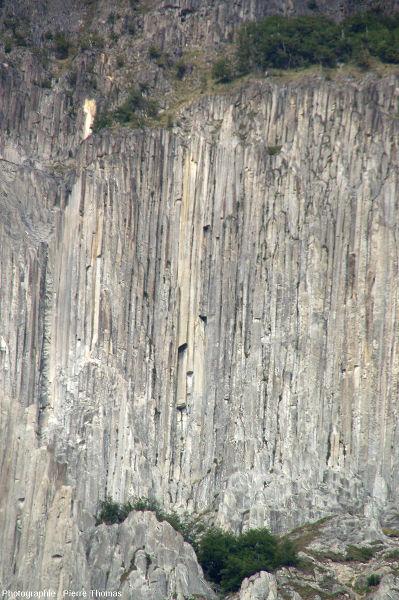 Zoom sur la partie centrale des falaises d'adakites de Coyhaique, Chili