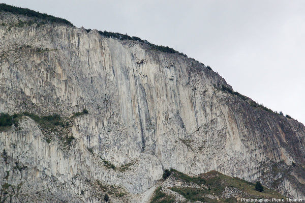 Zoom sur la partie Sud-Ouest (droite sur la photo d'ensemble) des falaises d'adakites de Coyhaique, Chili