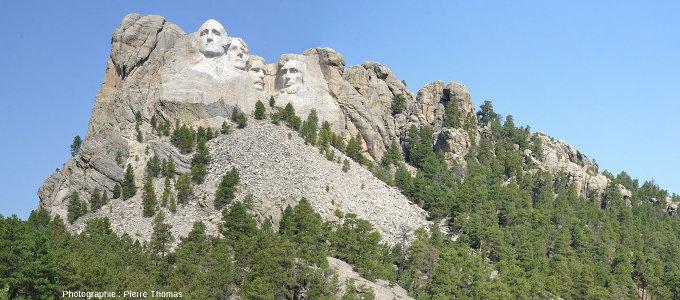 Vue d'ensemble sur le Mont Rushmore, ses quatre présidents, son granite (en haut et à droite) surmontant son encaissant micaschisteux (en bas à gauche)