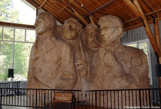 Maquette (de 5m de haut) montrant le projet initial de Gutzon Borglum de sculpture des 4 présidents, Mont Rushmore (USA)
