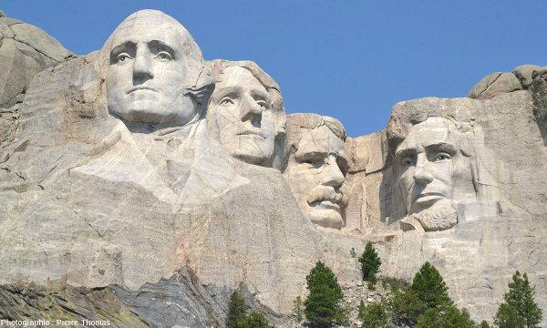 Les quatre sculptures des quatre présidents du Mont Rushmore (USA) sont parcourues de trainées blanches, des filons de pegmatites