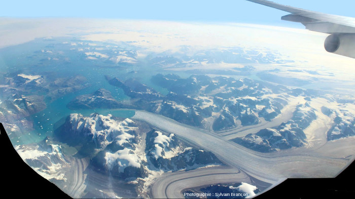 Glaciers se jetant dans des fjords quelque part sur la côte Est du Groenland, par environ 63° de latitude Nord