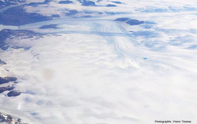 Une langue glaciaire groenlandaise portant des lacs d'une belle couleur bleue