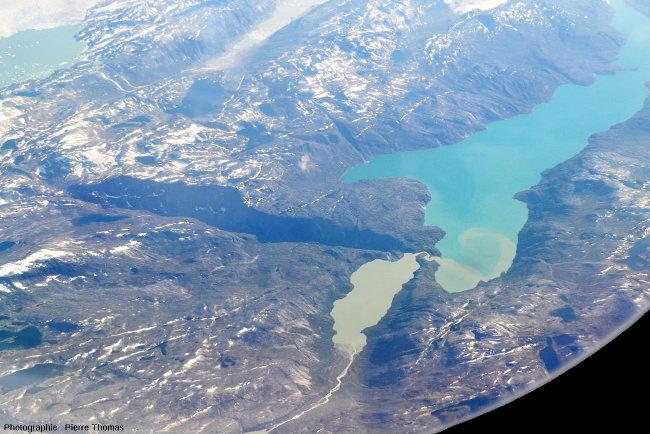 Arrivée d'un cours d'eau issu d'un lac très chargé en sédiments dans un lac aux eaux beaucoup moins turbides