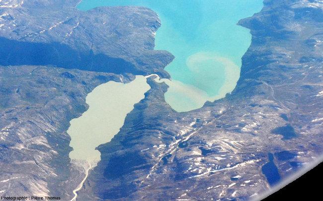 Zoom sur l'arrivée d'un cours d'eau issu d'un lac très chargé en sédiments dans un lac aux eaux beaucoup moins turbides