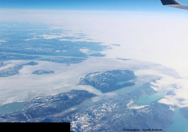 Un glacier s'écoulant de l'extrémité de la calotte groenlandaise vers un lac allongé et étroit, et s'étalant une fois arrivé dans le lac