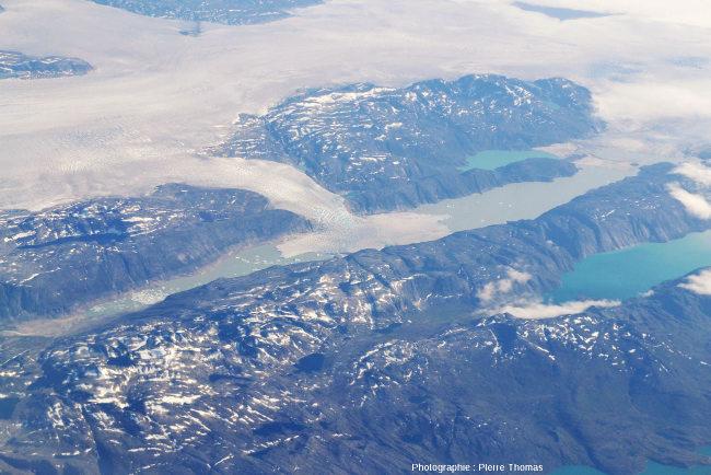 Arrivée d'un glacier issu de la calotte groenlandaise dans un lac allongé et étalement latéral dans ce lac