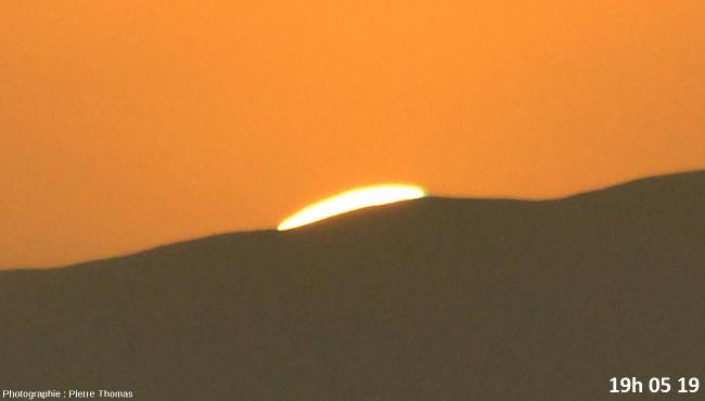 Huit secondes avant la disparition du soleil, zoom réglé sur 200mm et agrandissement numérique fort