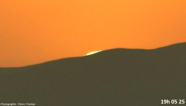 Deux secondes avant la disparition du soleil, zoom réglé sur 200mm et agrandissement numérique fort