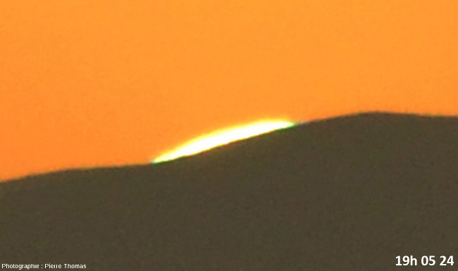 Trois secondes avant la disparition du soleil, zoom réglé sur 200mm et agrandissement numérique très fort