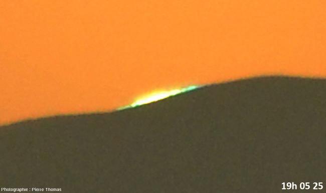Deux secondes avant la disparition du soleil, zoom réglé sur 200mm et agrandissement numérique très fort