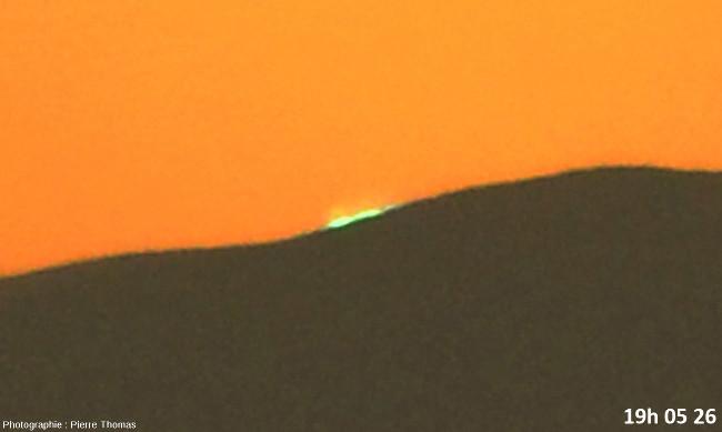 Dernière seconde avant la disparition du soleil, zoom réglé sur 200mm et agrandissement numérique très fort