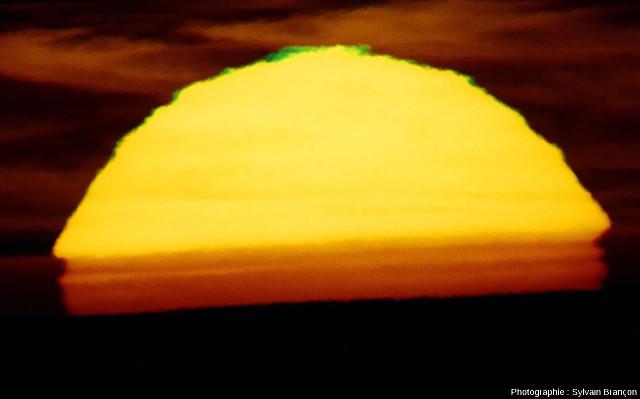Coucher de soleil et rayon vert sur la Méditerranée, vu de puis une colline du massif des Maures