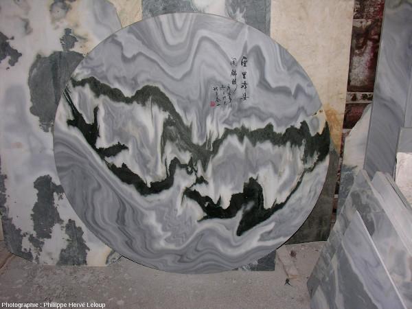 Disque de marbre de Dali après polissage et ajout d'un texte calligraphié en haut à droite