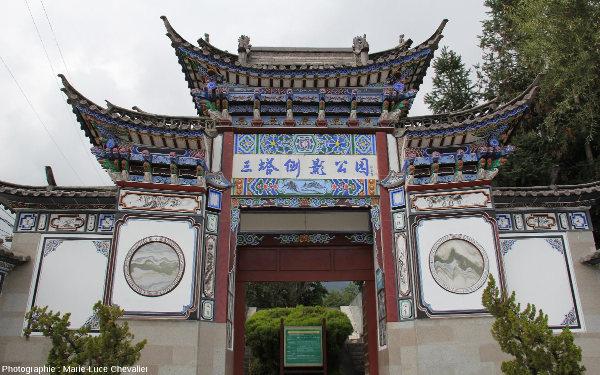Pierres de rêve intégrées à la porte d'une propriété de Dali (Yunnan, Chine)