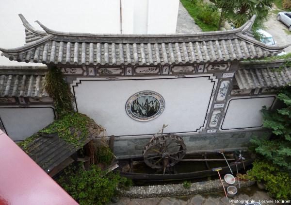 Mur d'une propriété avec une pierre de rêve, Dali (Yunnan, Chine)