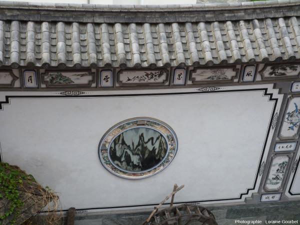 Pierre de rêve intégrée au mur d'une propriété, Dali (Yunnan, Chine)