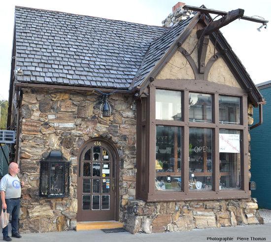 Une maison faite de, ou du moins recouverte de, bois silicifié, dans la rue principale de Custer, Dakota du Sud (USA)