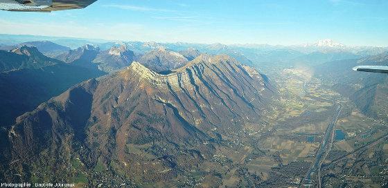 Mosaïque d'images faisant un zoom arrière sur la Dent d'Arclusaz, formant le rebord Sud-Est du massif des Bauges