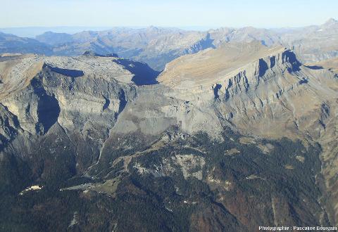Vue sur la partie orientale du rebord Sud du massif de Platé, au-dessus de Passy (Haute Savoie)