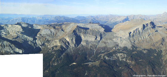 Mosaïque montrant l'ensemble du secteur du massif de Platé au-dessus de Passy (Haute Savoie) qui semble constitué de deux synclinaux perchés juxtaposés