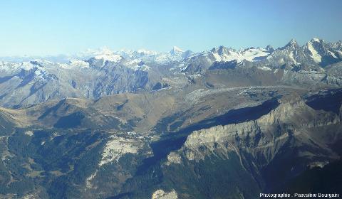 Synclinal perché d'axe Est-Ouest attestant de la complexité de la géologie du massif de Platé