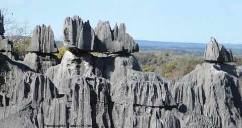 Blocs presque isolés, en équilibre instable, coiffant des pinacles, lapiaz des Tsingy de Bemaraha (Madagascar)