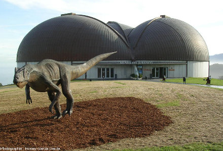 Un allosaure, dinosaure théropode du Jurassique supérieur, reconstitution grandeur nature des abords du MUJA