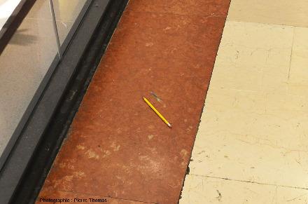 Dalles de calcaire noduleux rouge et de calcaire blanc utilisées dans les allées du centre commercial de la Part-Dieu (Lyon)