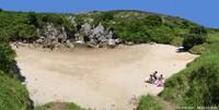 Une doline inondée à chaque marée haute: la plage de Gulpiyuri (Naves, Asturies, Espagne)