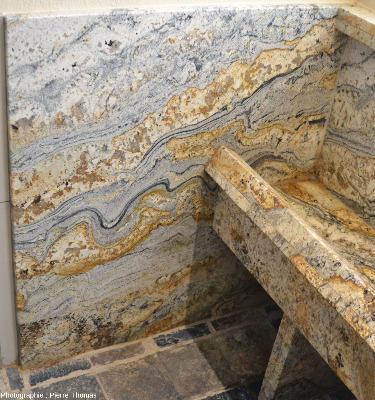 Panneau latéral gauche d'un urinoir en roche métamorphique recoupée par de nombreux filons de pegmatite, Namibie