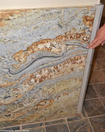 Panneau latéral droit d'un urinoir en roche métamorphique recoupée par de nombreux filons de pegmatite, Namibie