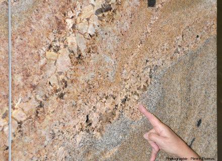 Zoom sur le filon de pegmatite de la figure précédente, Afrique du Sud