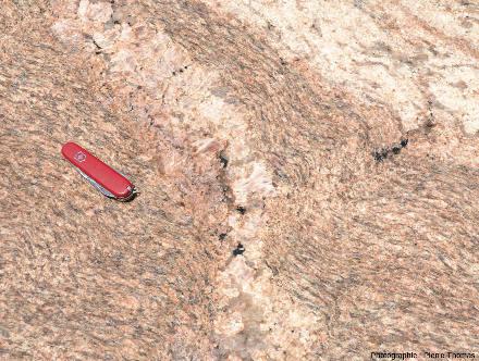 Détail d'une autre table d'un café namibien montrant les relations géométriques entre un filon de pegmatite non schistosé et son encaissant qui, lui, est schistosé