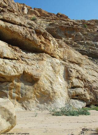 Affleurement montrant un filon vertical de pegmatite (de 50cm à 1m de largeur) recoupant un encaissant gneissique, Namibie