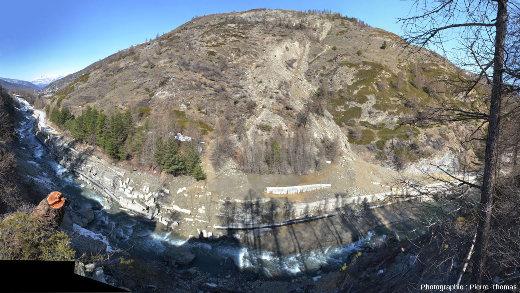 Mosaïque de photos prises le 19 avril 2018 vers 10h30 au-dessus du Pas de l'Ours, vallée empruntée par le Guil