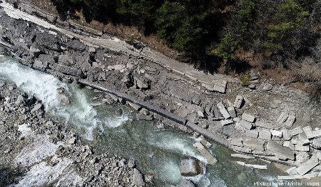 Zoom (vue par drone) sur le Guil, au centre de l'image précédente