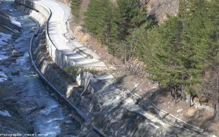Détail de la partie aval de la route, zone où s'arrête la destruction du mur de soutènement