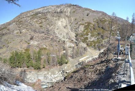 """Poste opérationnel construit sur la déviation provisoire sur la rive du Guil opposée au glissement de terrain et d'où sont pilotés tous les instruments de mesure et de surveillance qui """"auscultent"""" en permanence le glissement du Pas de l'Ours"""