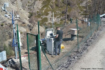 Poste opérationnel construit sur la déviation provisoire sur la rive opposée au glissement de terrain