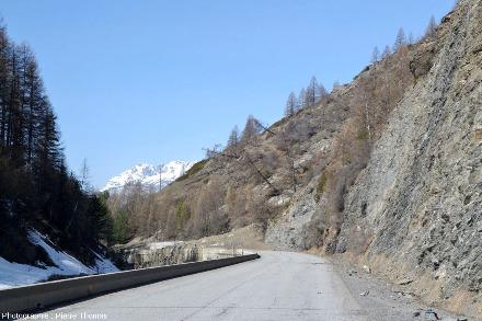 La D947 photographiée le 19 avril 2018 approximativement au même endroit que sur l'image précédente, juste en amont du glissement