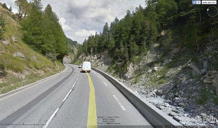 Vue prise quelques années avant le glissement et montrant l'état de la D947 juste en aval (à l'Ouest) du site où arrivera le glissement de terrain au printemps 2018