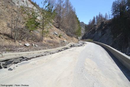 Vue prise approximativement du même endroit que l'image précédente et montrant l'état de la D947 juste en aval du site où a lieu le mouvement maximal du glissement de terrain au printemps 2018