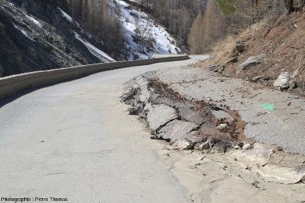 Détail des déformations sur le côté Nord de la route, déformations due à la progression vers le Sud de tout le flanc de la montagne