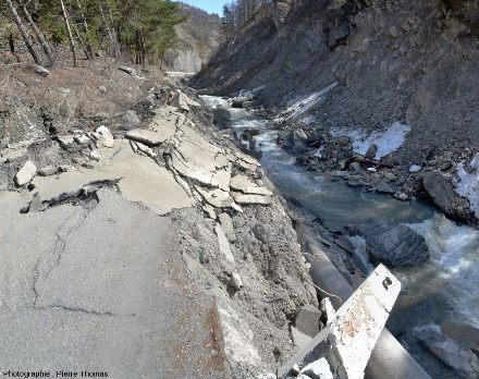 La route D947 complètement détruite juste en amont (à l'Est) de l'arbre de la figure précédente, arbre qui se trouve approximativement à la frontière entre un déplacement modéré (en aval) et un déplacement important (en amont)