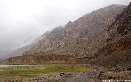 Vue de la rive droite de la haute vallée de l'Indus (rivière visible à gauche)