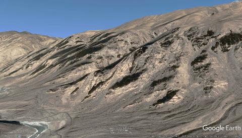 Vue du versant de la vallée de l'Indus détaillé dans les photos précédentes, montrant l'importance du réseau filonien